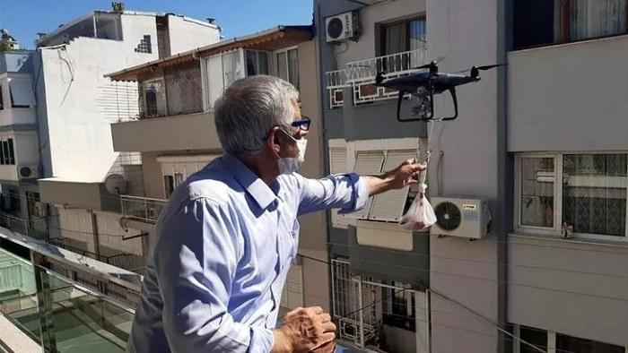 Koronavirusa görə qurban ətini dronla payladı -  FOTO