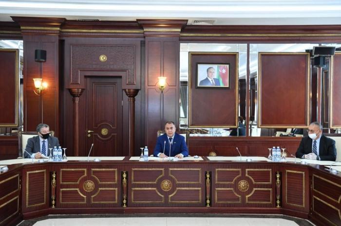 Parlamentin komitə sədri hesabat verdi