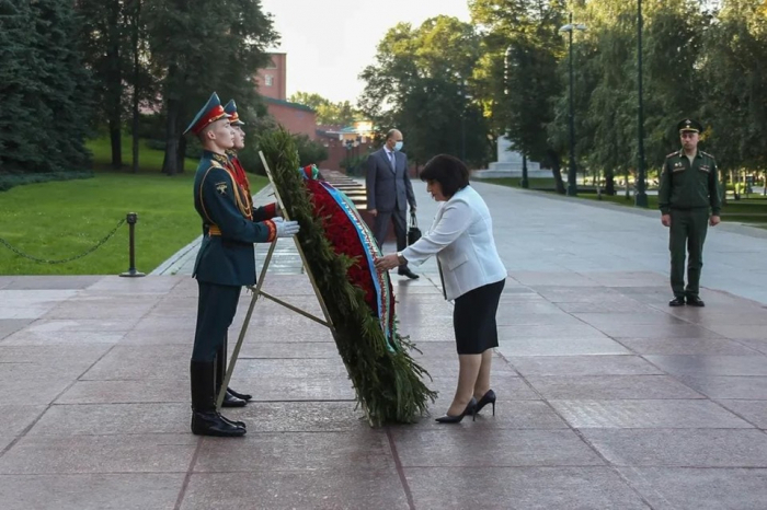 Sahiba Gafarova visits tomb of unknown soldier in Moscow -  PHOTOS