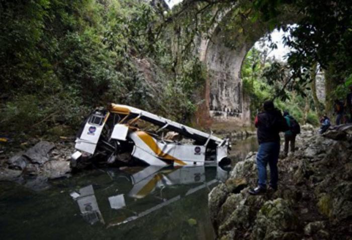 Avtobus çaya aşdı, 8 futbolçu öldü