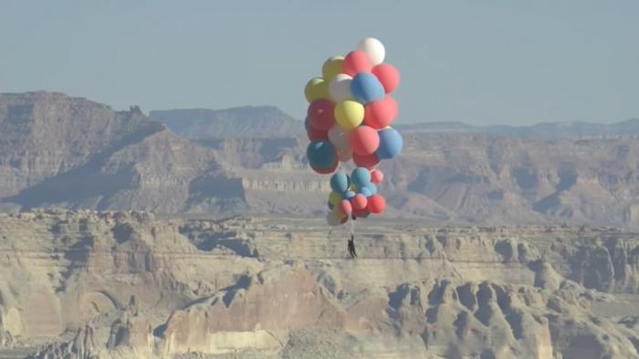 Daredevil David Blaine takes flight with helium balloon up to 7,500 metres -   VIDEO
