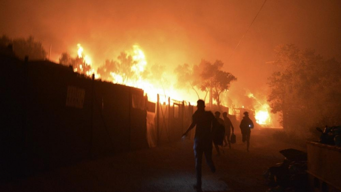 Thousands of migrants sleep on the streets in Lesbos after fire in camp -   NO COMMENT