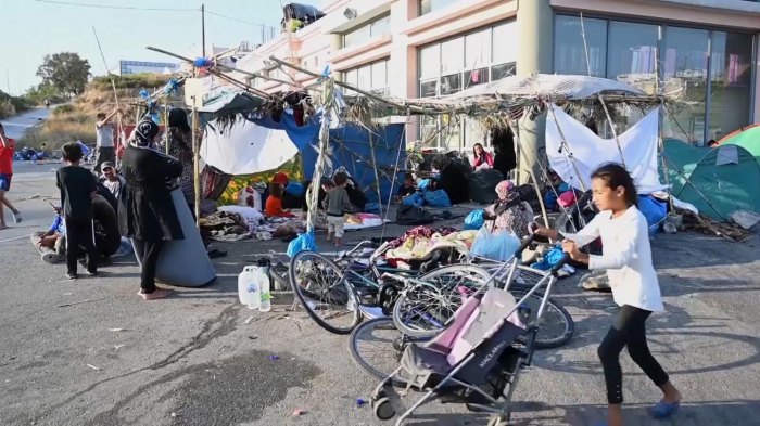 Thousands of migrants stuck in isolation on Lesbos after Moria camp blazes -   NO COMMENT