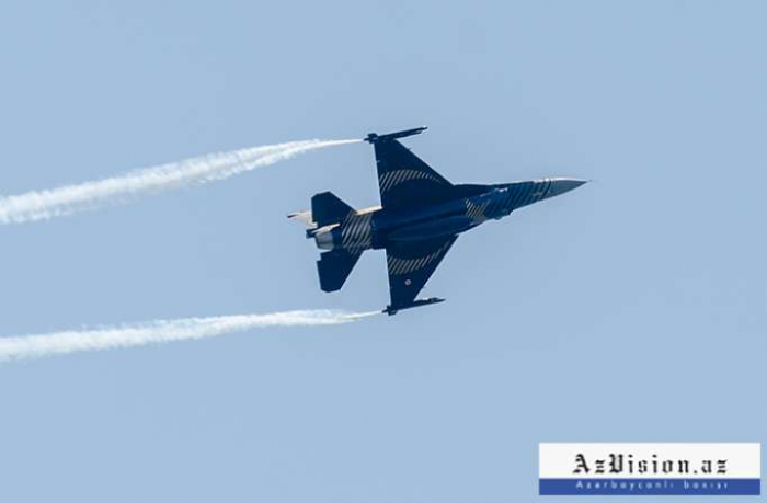 Aserbaidschanische und türkische Kampfflugzeuge fliegen über Gjandscha