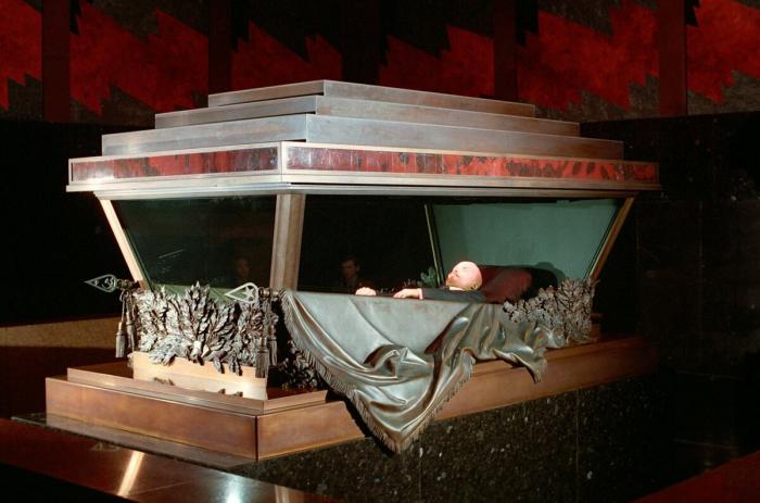 TVRDI DA SU SJEDINJENE DRŽAVE KRENULE PUTEM KOMUNIZMA?! Američki umjetnik Datuna želi otkupiti Lenjinovo balzamovano tijelo i smjestiti ga u mauzolej u Washingtonu!