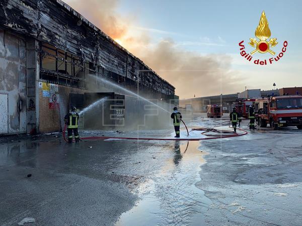 Se declara un gran incendio en el puerto italiano de Ancona