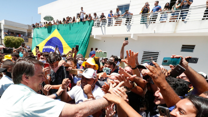 """Bolsonaro dice que quedarse en casa para evitar el coronavirus """"es para los débiles"""""""