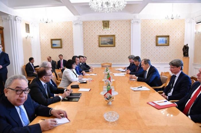 Das Treffen von Sahiba Gafarova mit Sergej Lawrow hat begonnen