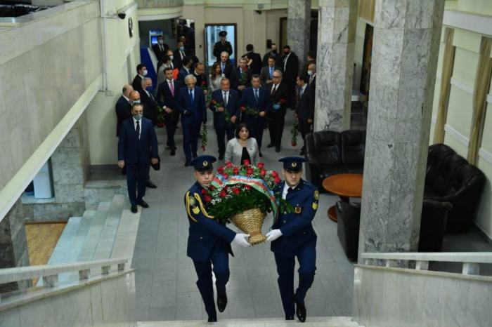 Azerbaijani parliamentary delegation puts wreath at Heydar Aliyev