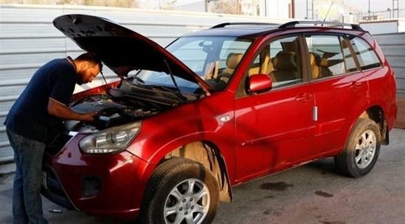 كفيف عراقي يصلح السيارات معتمداً على اللمس والسمع