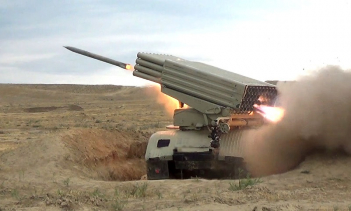 حدات مدفعية أذربيجانية تجري تدريبات قتالية للرماية - فيديو