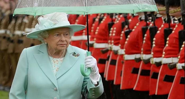 تخلت المستعمرة البريطانية عن الملكة إليزابيث وأعلنت نفسها جمهورية
