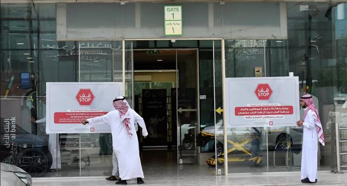 رغم إصابته بالسرطان معلم في السعودية يتواصل مع طلابه من المستشفى