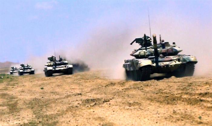 Tank bölmələri döyüş hazırlığında -  VİDEO