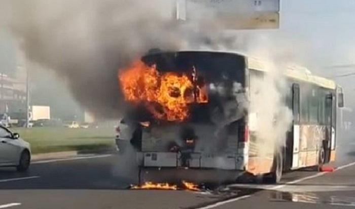 Yanan avtobusdan sərnişinlər təxliyə edilib