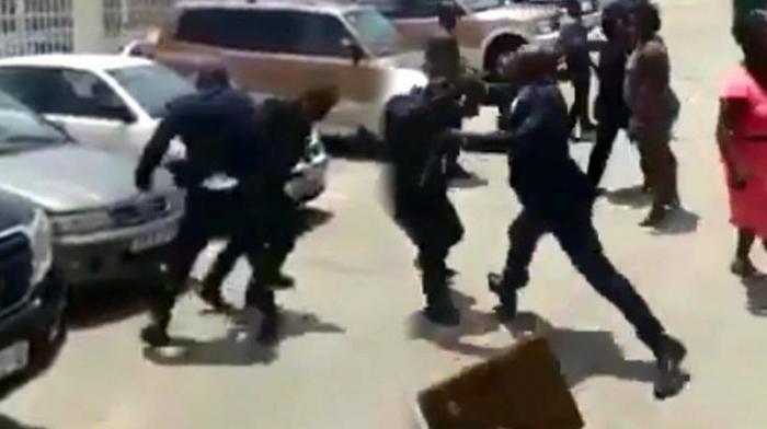 Qvineya prezidenti naziri döydü -    VİDEO