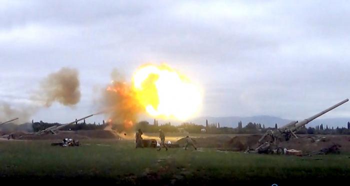 وحدات الجيش الأذربيجاني تشن قصف مدفعي على مواقع العدو -  فيديو