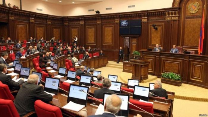 Ermənistan parlamentində karikatura qalmaqalı -  VİDEO