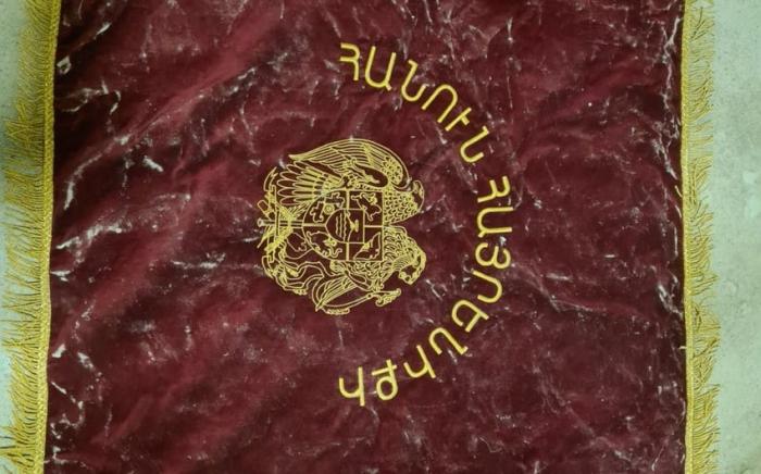 Düşmənin ələ keçirilmiş döyüş bayrağının görüntüləri -