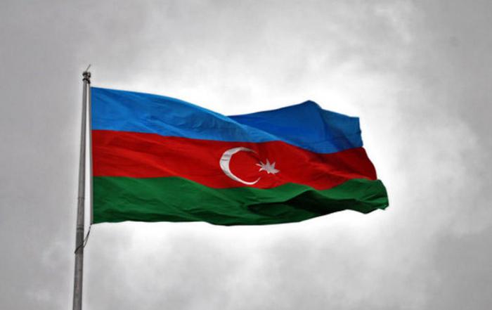 Le drapeau azerbaïdjanais hissé sur le pont de Khoudaferin