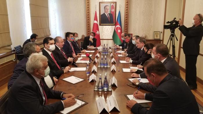 Aserbaidschanischer Außenminister und Sprecher des türkischen Parlaments treffen sich in Baku