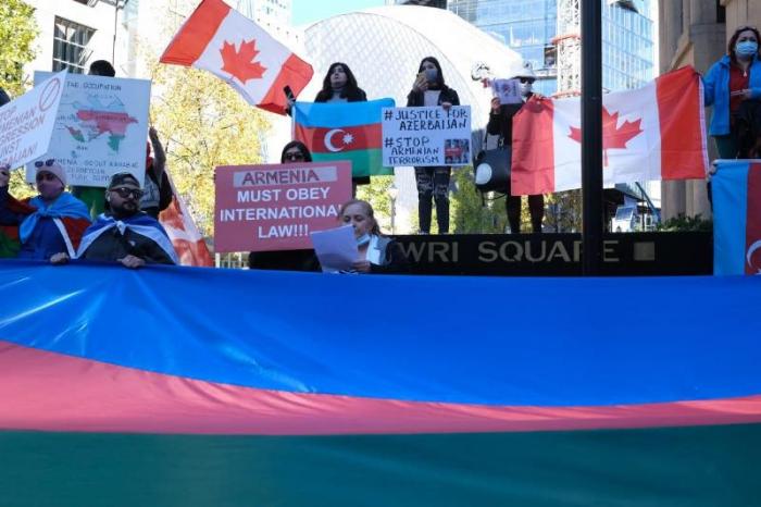 Los azerbaiyanos celebran manifestación de protesta contra el terrorismo de Ganyá en Canadá -  FOTOS