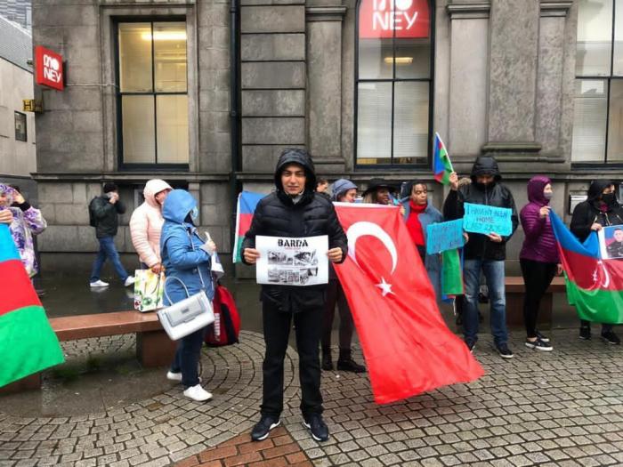 Des Azerbaïdjanais vivant en Écosse ont organisé un rassemblement pour protester contre la terreur arménienne