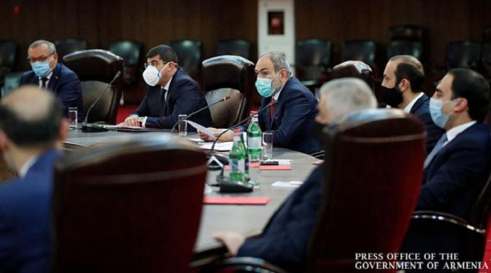 Pashinián se reúne con ex líderes separatistas