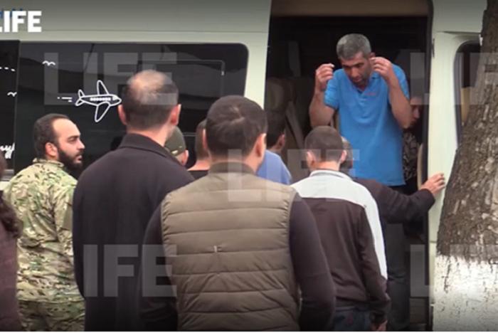 Bbc Tausende Armenier Fliehen Aus Berg Karabach