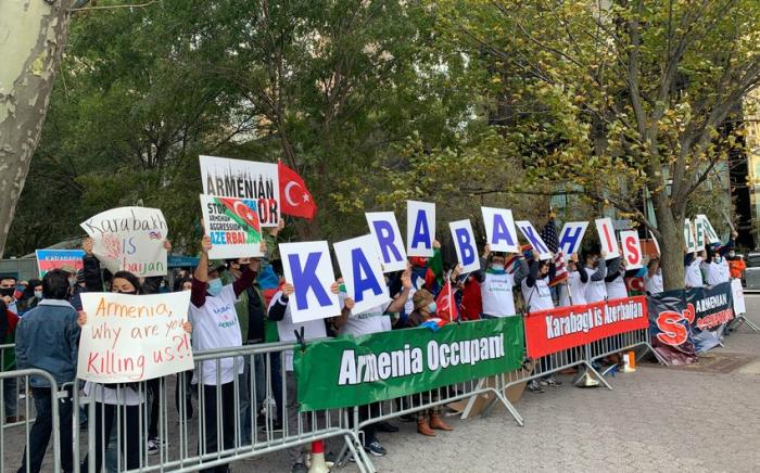 Des Azerbaïdjanais organisent un rassemblement devant le bâtiment de l