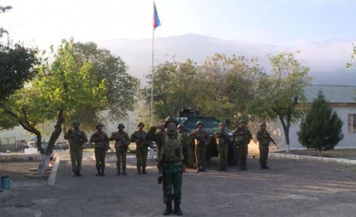 Aserbaidschanische Flagge weht in Aghband -  VIDEO