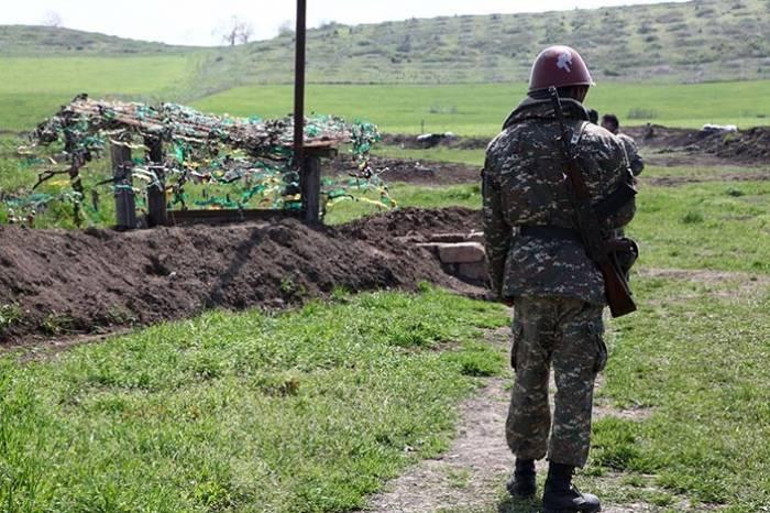 Armenische Streitkräftefliehen und verlassen die Positionen