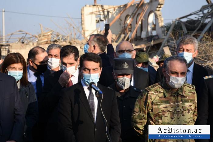 Des diplomates étrangers et des attachés militaires se rendent à Berdé