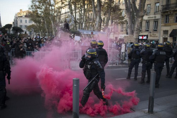 Paris:  des incidents éclatent entre manifestants et forces de l