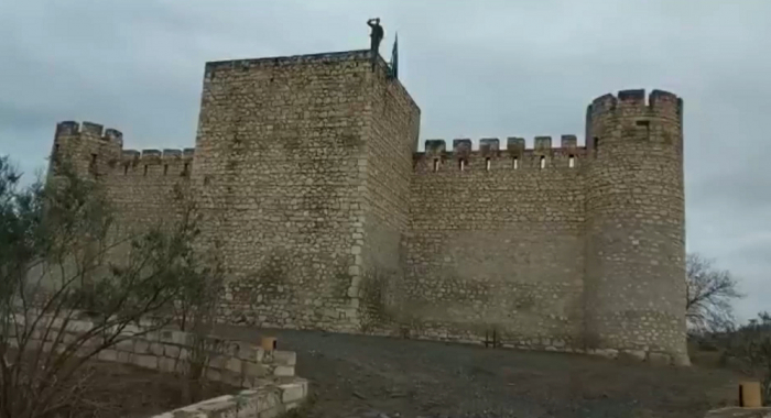 Aserbaidschanische Flagge in der Festung Schahbulag nach 27 Jahren  - VIDEO