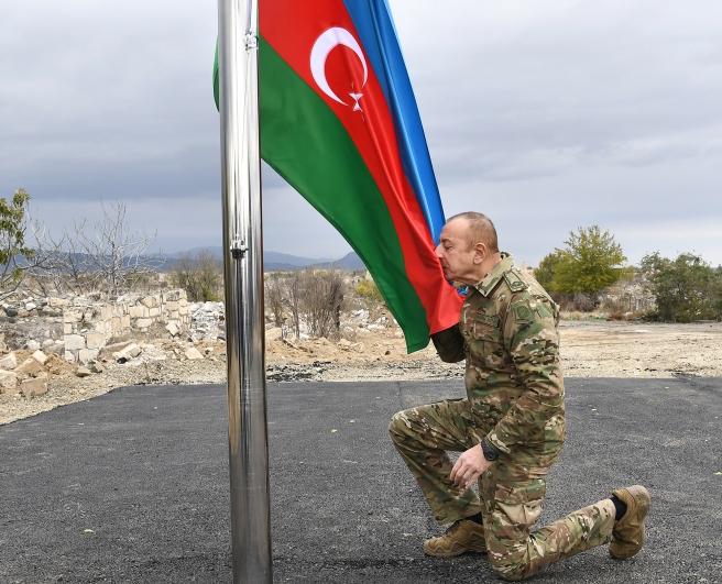 Der Oberbefehlshaber hat in Aghdam unsere Flagge gehisst   - FOTOS