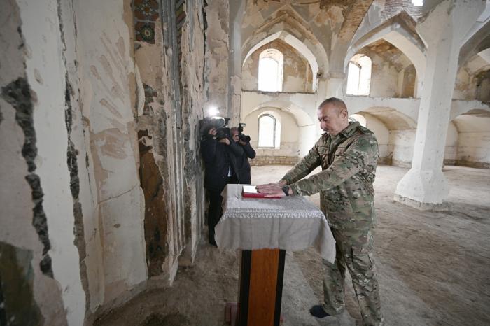 Präsident Aliyev stellte den Heiligen Koran vor, den er aus Mekka in die Agdam-Moschee gebracht hatte