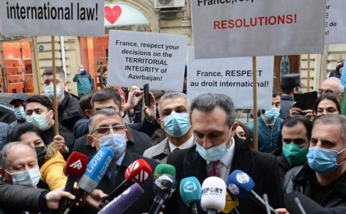 Se celebra manifestación de protesta frente a la embajada de Francia