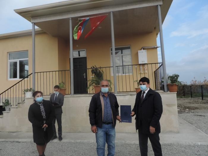 Otras 28 familias de mártires y un veterano de la guerra de Karabaj recibieron llaves de casas individuales