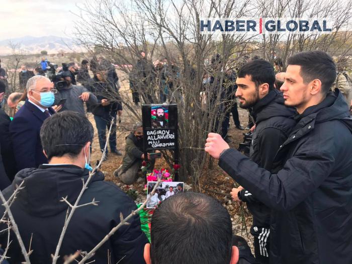Los jugadores del FC Karabaj visitan la tumba de Allahverdi Bagirov -  FOTOS
