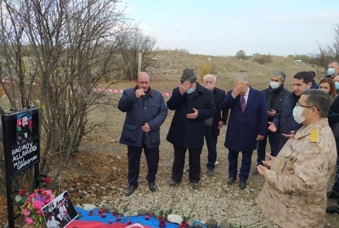 Héroe nacional conmemorado en la tumba de Agdam -  FOTO