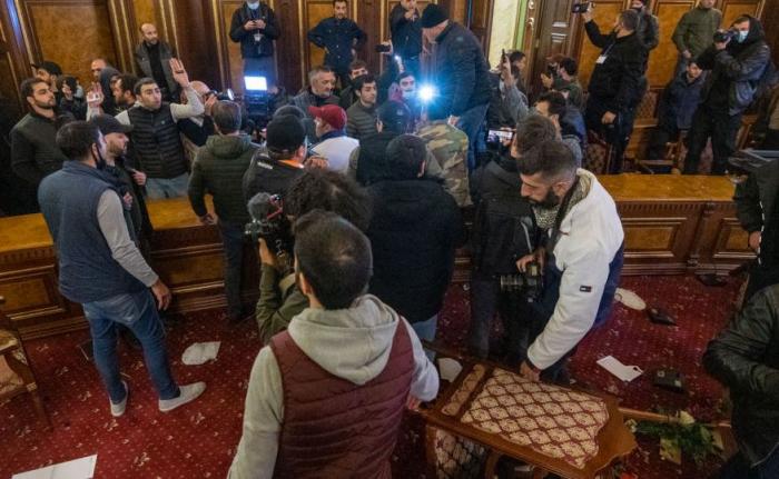 Paşinyanın kabinetini dağıdan etirazçılar tutuldu -  FOTO