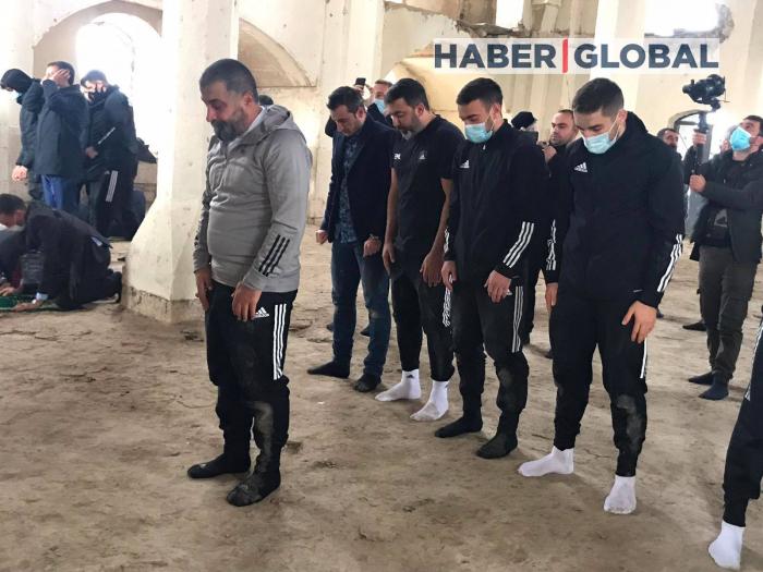 """صلاة لاعبو كرة القدم في """"كاراباغ"""" في مسجد أغدام -   صورة"""