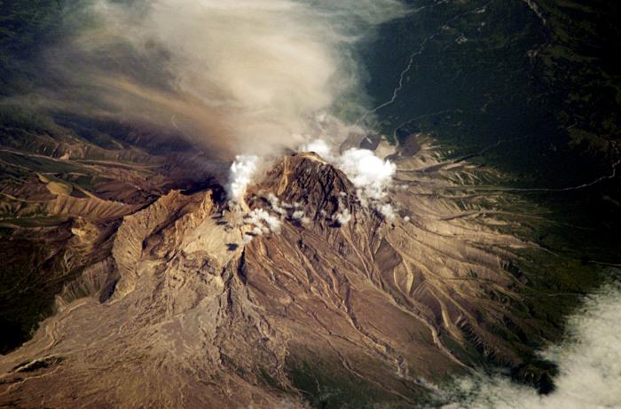Le volcan le plus haut d'Eurasie crache une colonne de cendres de six km -   Vidéos