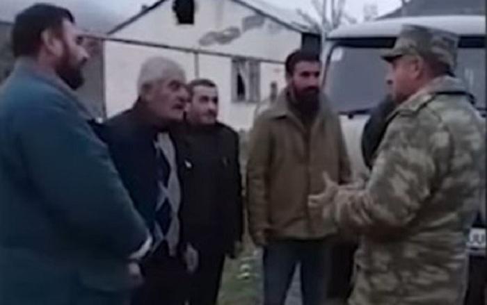 Des militaires azerbaïdjanais aident les Arméniens à déplacer leurs biens d