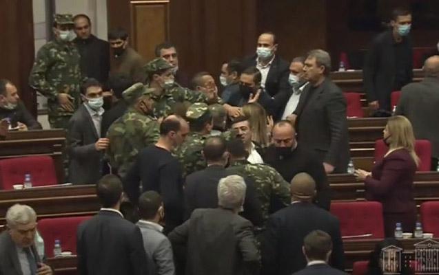 Ermənistanda deputatlar arasında dava düşdü -    VİDEO