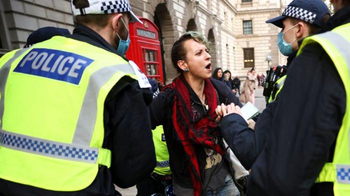 Londonda karantin rejiminə qarşı etiraz aksiyası -  VİDEO