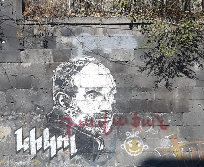 """شعار """"تزيين"""" شوارع يريفان: """"خائن باشينيان"""" مكتوب في كل مكان"""