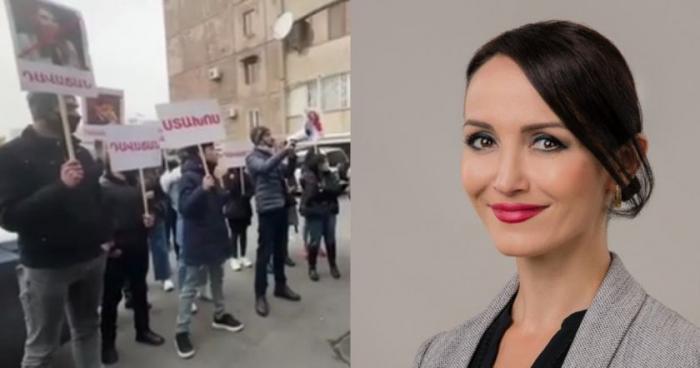 Erməni deputatın anası etirazçıların üzərinə qaynar su atdı -  VİDEO
