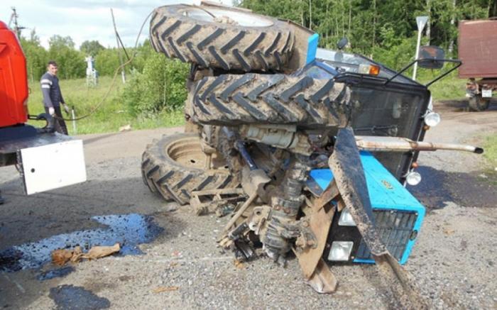 Yük maşını traktorla toqquşub,  ölən var
